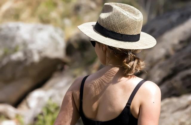 chapeau de paille chez la femme